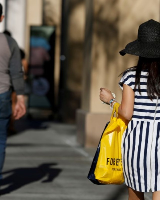 A shopper walks in the Old Town shopping area of Pasadena, California, U.S. June 27, 2017. REUTERS/Mario Anzuoni/File Photo