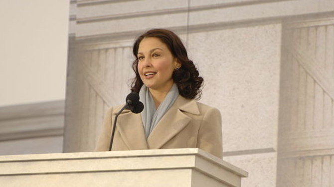Actress Ashley Judd livestreams 'everyday sexism' from airport