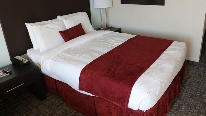 Man Finds Shocking Note Under Covers In Hotel Bed Photo